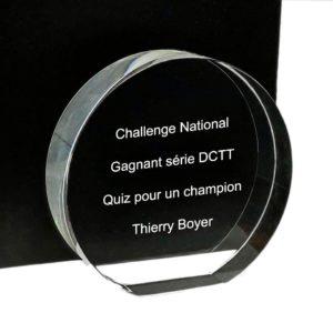 gravure texte dans trophée rond