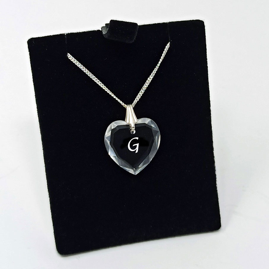 Pendentif en Forme de Petit Coeur en Cristal de Swarovski avec une lettre  gravée au Sein du Cristal
